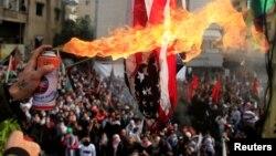 Протестующие у здания посольства в городе Авкар рядом с Бейрутом. Ливан. 10 декабря 2017 г.