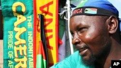 Le Zimbabwéen Jerry Madziwana vend des articles de la Coupe du monde 2010 à Johannesburg