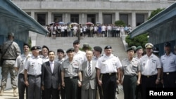 General Džejms Turman, komandant američkih snaga, sa zvaničnicima nadzorne komisije, UN i Južne Koreje, posle ceremonije obeležavanja 59. godišnjice primirja.
