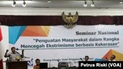 Seminar Nasional Penguatan Masyarakat Dalam Rangka Mencegah Ekstrimisme Berbasis Kekerasan di Surabaya. (Foto: VOA/Petrus Riski).