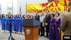 Một buổi lễ kỷ niệm Ngày Nhân quyền Việt Nam hôm 11/5/2016 tại Quốc hội Mỹ. Một nhóm các dân biểu lưỡng đảng Hoa Kỳ vừa giới thiệu Đạo luật Nhân quyền Việt Nam nhằm đưa ra các biện pháp hữu hiệu để cải thiện tình hình nhân quyền ở Việt Nam.
