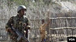 Seorang tentara Kenya berjaga-jaga di wilayah dekat perbatasan Kenya-Somalia, di mana kelompok militan asl-Shabab aktif melakukan serangan.