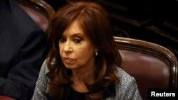 Cristina Fernandez de Kirchner, assiste à une session au Sénat à Buenos Aires, en Argentine, le 22 août 2018.