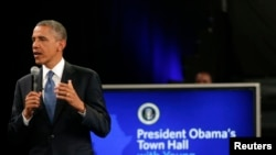 Shugaba Barack Obama a lokacin da yake musanyar ra'ayi da matasan Afirka a Johannesburg