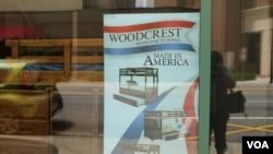 """家具店广告,打""""美国制造""""的招牌。(美国之音龚小夏 拍摄)"""
