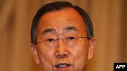 Tổng thư ký Liên Hiệp Quốc Ban Ki-moon trong 1 cuộc họp báo tại tòa nhà chính phủ ở Bangkok, Thái Lan, 16/11/2011