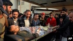 23일 파키스탄 카슈미르 지역에 인도 군의 포격으로 부상당한 남성이 병원으로 이송되고 있다.