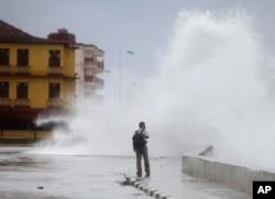 امریکی اخبارات کے اداریے: طوفانوں سے بچاؤ اور ڈکٹیٹروں پر وقت تنگ