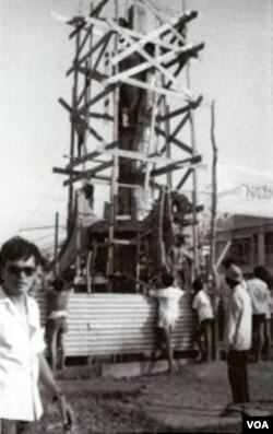 """Mai Chửng đứng bên công trình tượng đài Bông Lúa cao 18 m đang xây cất tại Long Xuyên ĐBSCL; dưới: toàn cảnh pho tượng Bông Lúa tại Công viên Trưng Vương, thị xã Long Xuyên 1970. Chỉ 5 năm sau, sau 30 tháng 4, 1975 tượng đài Bông Lúa ấy đã bị cộng sản phá sập, quả không phải là một """"điềm lành"""". [nguồn: sưu tập Dương Văn Chung, Thatsonchaudoc.com]"""