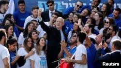 Benny Gantz berfoto selfie dengan para pendukung Partai Biru dan Putih di Tel Aviv, Israel, Senin, 8 April 2019.