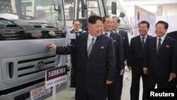 북한 김정은 노동당 위원장이 당 대회 후 첫 공개행보로 기계설비 전시장을 방문했다고, 관영 조선중앙통신이 전했다.