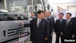 朝鲜领导人金正恩参观机械设备展