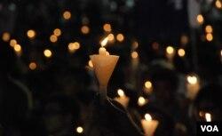 香港本土派網民及社交網絡群組發起不同的悼念六四活動,希望悼念六四的燭光不只集中在維園(美國之音湯惠芸)