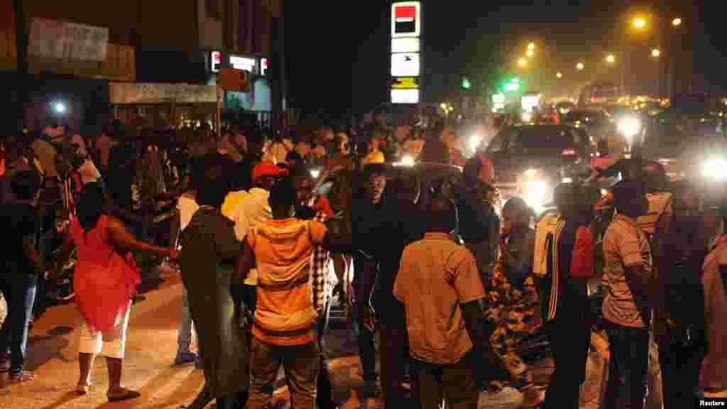 Manifestantes bloqueiam o trânsito da capital e gritam palavras de ordem contra a guarda presidencial que mantém cativos o Presidente e o primeiro-ministro interino. Ouagadougou, Burkina Faso, 16 Setembro, 2015.