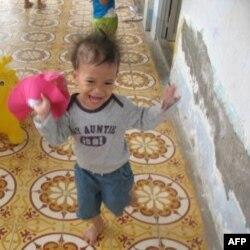 Bé Claire Yến tại trại trẻ mồ côi ở Bạc Liêu.