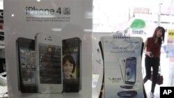 Iklan produk Samsung Galaxy S III dan iPhone dari Apple di toko di Seoul, Korea Selatan. (Foto: AP)