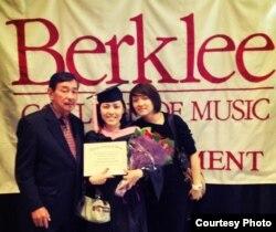 Jesica Yap dan kedua orang tuanya saat acara kelulusan di Berklee College of Music (Dok: Jesica Yap)