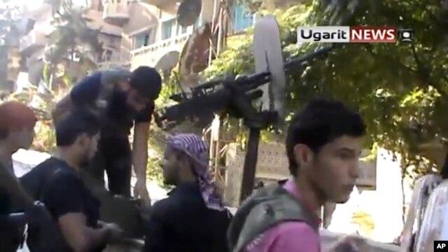Sirijski pobunjenici za vreme operacije u Alepu. (video snimak Ugarit News, čija je autentičnost potvrdjena na osnovu sadržaja i drugih izveštaja Asošijtejd Presa).