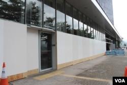 香港立法會破損的外部玻璃幕牆現被遮蓋起來(美國之音記者申華拍攝)
