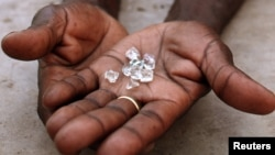 An illegal diamond dealer from Zimbabwe displays diamonds for sale in Manica, near the border with Zimbabwe, September 19, 2010. (File Photo)