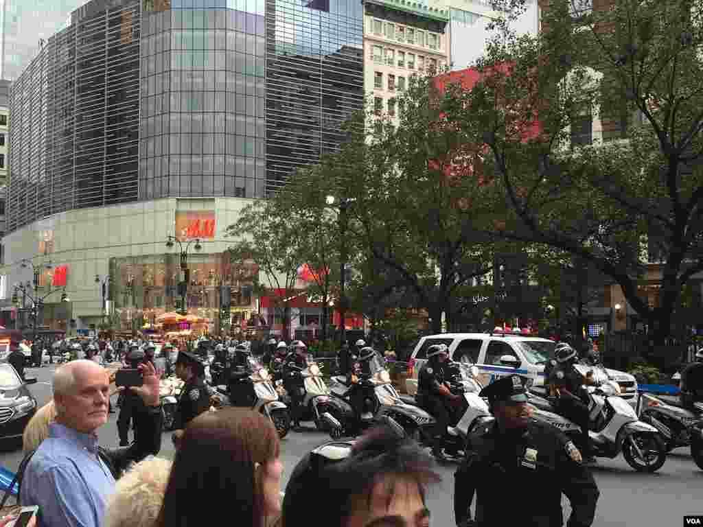 موتور سواران پلیس نیویورک در بخشی از شهر به حالت آماده باش در آمدند. به گفته یکی از ماموران قرار است کاروان خودروی باراک اوباما از آن منطقه عبور کند. هلی کوپتری نیز بالای منطقه گشت زنی می کرد.