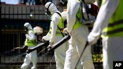 Para petugas melakukan penyemprotan insektisida untuk membasmi nyamuk di taman Chacabuco, Buenos Aires, Argentina (foto: dok).