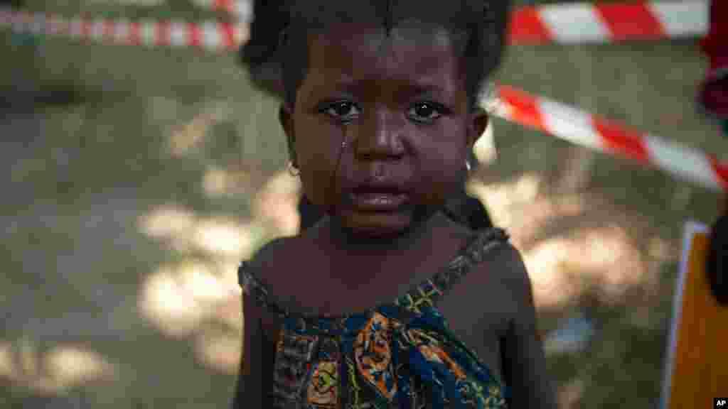 Une petite fille pleure, après avoir reçu son vaccin contre la rougeole, dans un camp de déplacés à Don Bosco à Bangui, en République centrafricaine, le 4 janvier 2014.