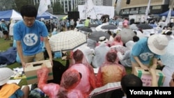 지난 15일 한국 서울에서 열린 광복절 기념식에서 대북 수해 지원 모금 활동을 벌이는 한국 민간단체 관계자들.