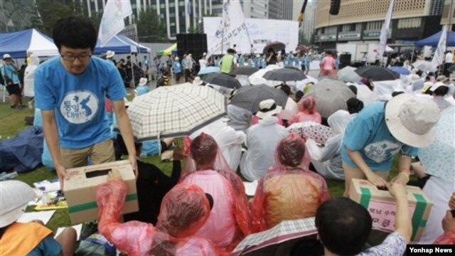 지난 8월 서울에서 대북 수해 지원 모금 활동을 벌이는 한국 민간단체 관계자들. (자료사진)
