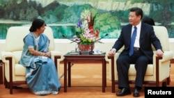 Menu India Sushma Swaraj (kiri) bersama Presiden China Xi Jinping di Beijing (2/2).