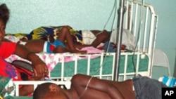 Crianças partilham camas na urgência pediátrica de Luanda