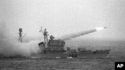 Tàu khu trục có tên lửa dẫn đường của Trung Quốc trong một cuộc tập trận phô trương sức mạnh hải quân tại Biển Đông.