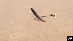 Chiếc máy bay Solar Impulse 2 một chỗ ngồi được cấu tạo bằng sợi carbon có đôi cánh dài 72m, dài hơn cánh của Boeing 747, và có trọng lượng cỡ bằng một chiếc xe hơi.