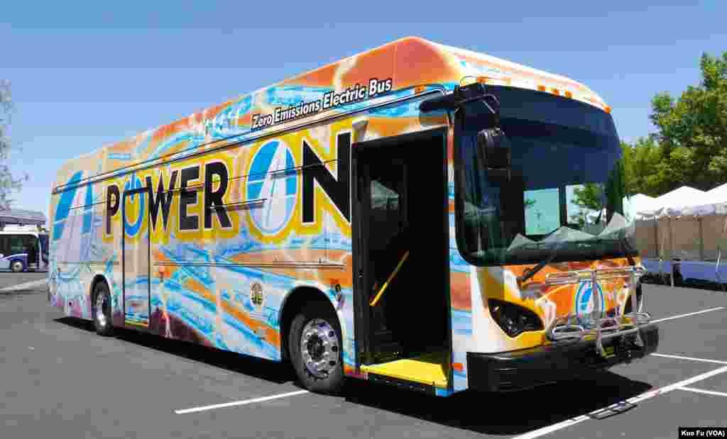 第一辆加州造的电动长程巴士(美国之音国符拍摄)