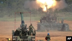 Taiwan's military fire artillery from self-propelled Howitzers during the annual Han Kuang exercises in Hsinchu, northeastern Taiwan, Sept. 10, 2015.