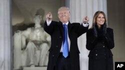도널드 트럼프 미국 대통령 당선인(왼쪽)이 지난 2017년 1월 19일 워싱턴 DC 링컨기념관에서 열린 취임 전야 축하 콘서트에 부인 멜라니아 여사 등 가족과 함께 참석했다.