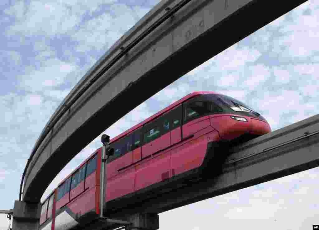 Sebuah perjalanan uji coba monorail di Mumbai, India. Koridor Chembur-Wadala akan menjadi yang pertama di rute monorail India yang diharapkan akan mulai beroperasi akhir tahun ini.