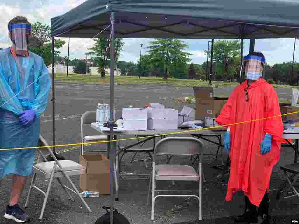 Junto con personal del condado, la ciudad y voluntarios que contribuyen en cada sitio, la Guardia Nacional toma las muestras.