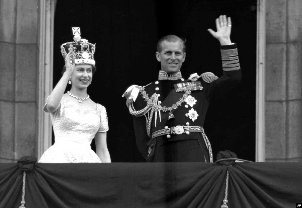 برطانوی بادشاہ جارج ششم کی موت کے بعد 2 جون 1952 کو ان کی بیٹی ایلزبتھ ملکہ برطانیہ بنیں اور شہزادہ فلپ نے بھی برطانوی فرماں روا بننے والی اپنی بیوی سے وفاداری کا عہد کیا۔
