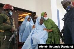 Une agente de l'État de Zamfara embrasse une des filles libérées avant un contrôle médical après sa libération à Zamfara, au Nigeria, le 2 mars 2021.