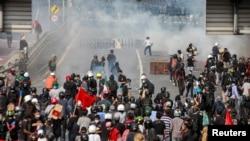 Demonstran bentrok dengan polisi dalam aksi protes terhadap penanganan COVID-19 di Bangkok, Thailand, 7 Agustus 2021.