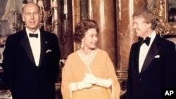 მარცხნიდან მარჯვნივ: ჟესკარ დესტენი, ბრიტანეთის დედოფალი ელიზაბეტი და ჯიმი კარტერი, აშშ-ის პრეზიდენტი. 1977 წელი.