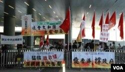 支持及反對梁振英的團體在立法會外示威