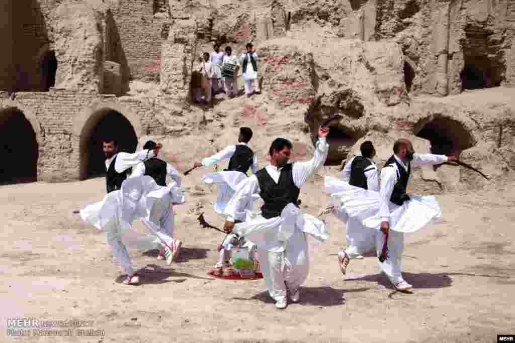 آئین رقص شمشیر سنتی سیستان در نوروز. عکس: منصوره قلیچی، مهر