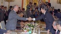Генеральный секретарь ЦК КПСС Михаил Горбачев и президент США Рональд Рейган перед началом переговоров. Москва, СССР. 1 июня 1988 г.