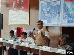 Pelaksana harian Kepala Pusat Data Informasi dan Humas BNPB, Agus Wibowo menjelaskan tentang musim kemarau yang terjadi tahun ini dalam jumpa pers di Jakarta, Rabu (31/7). (VOA/Fathiyah)