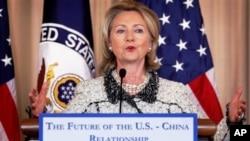 ລັດຖະມົນຕີການຕ່າງປະເທດສະຫະລັດ ທ່ານນາງ Hillary Clinton ກ່າວຄຳປາໃສກ່ຽວກັບສາຍພົວພັນ ຢູ່ກະຊວງການຕ່າງປະເທດທີ່ນະຄອນຫລວງ ວໍຊິງຕັນ ໃນວັນສຸກ, ມັງກອນ, 2011