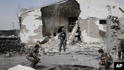 Nhân viên điều tra Afghanistan xem xét hiện trường sau vụ tấn công ở Kabul, ngày 2/5/2012