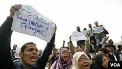Para lulusan program arkeologi Mesir menuntut pekerjaan di depan Museum Mesir, Kairo (2/16). Negara ini sedang bergulat dengan masalah pemogokan pekerja pasca-mundurnya Mubarak.