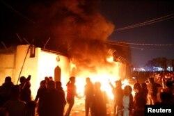 이라크 반정부 시위대가 27일 밤 이란 영사관에 불을 질렀다.